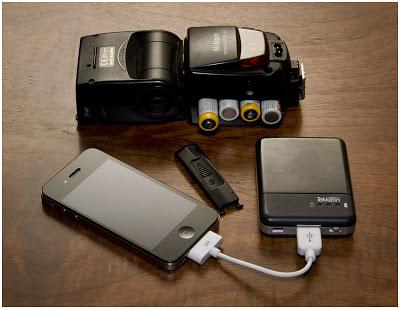 热靴闪光灯、手机和Tekkeon MP1580的合影