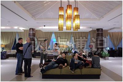 使用富士X100s的白平衡在各种色温的荧光灯打光的情况下拍摄的房间内部照片