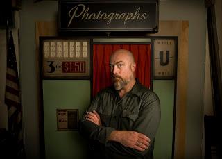 摄影师Jay Janner用照相亭做背景为丹•温特斯布光拍摄的肖像照