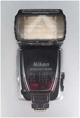大卫·豪比的安着暖化色片的尼康SB-800