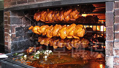 大卫·豪比拍摄的正在烤的烤鸡