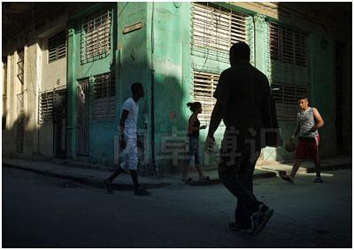 大卫·豪比拍摄的古巴的十字路口与从不同的正午光线