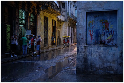 大卫·豪比平衡冷暖色调拍摄的雨后的古巴街角一处