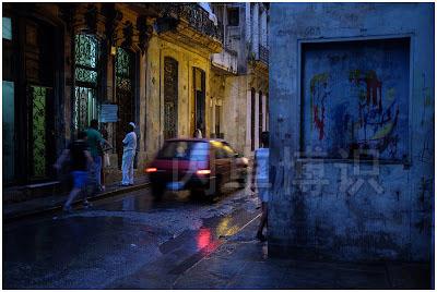 大卫·豪比拍摄的雨后的古巴街角一处