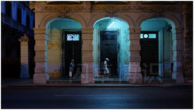 大卫·豪比拍摄的古巴街道上的一处