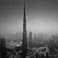 眺望城市黑白照