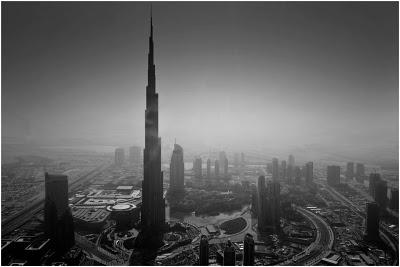 布光拍摄的跳望城市黑白照