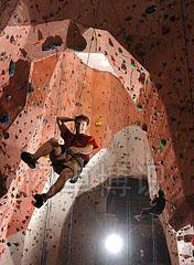 大卫·豪比在攀岩馆拍摄的悬挂在空中的攀岩者