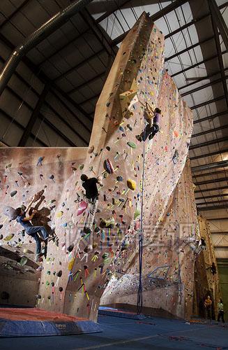 大卫·豪比在攀岩馆拍摄正在攀岩的人