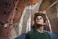 大卫·豪比在攀岩馆拍摄正在攀岩的人的特写头像照