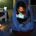 Emily夜间阳台读书