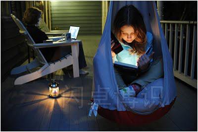 大卫·豪比布光拍摄的正在阳台上读书的女儿Emily