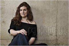 大卫·豪比用车库里水泥背景为Erin Holmes拍摄的肖像照