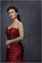大卫·豪比使用灰色做背景为Erin Holmes拍摄的3/4肖像照