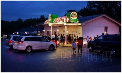 下雨的春日拍摄当地冰激凌店的夜景图
