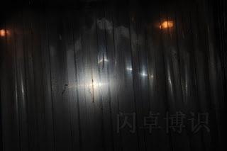 大卫在冷冻室的隔墙后放只热靴闪光灯拍摄图