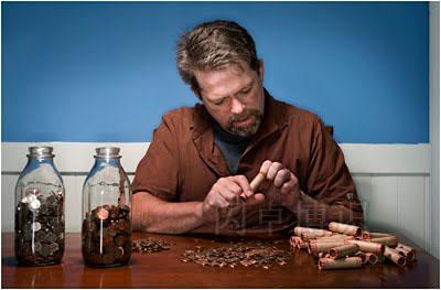 JD在餐厅桌子上卷硬币照片
