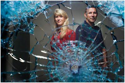 透过防弹玻璃拍摄的Dianna和Wayne Wilhelm肖像照