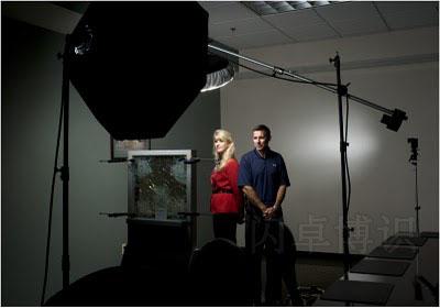 拍摄肖像照时光源在玻璃上面的展示图