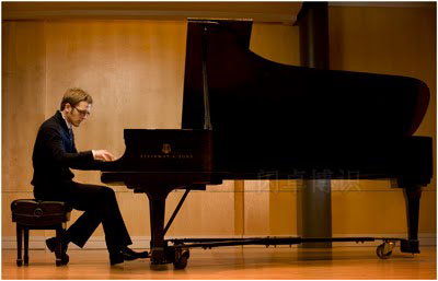 钢琴演奏家的肖像照片