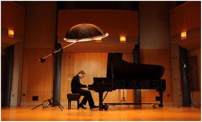 拍摄钢琴演奏家的布光照片